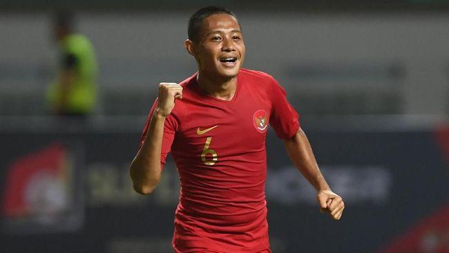 Gelandang Timnas Indonesia, Evan Dimas, resmi memperkuat Persija Jakarta untuk musim kompetisi 2020.