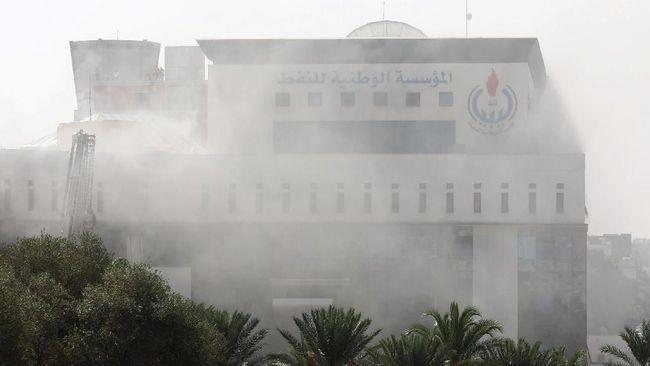 Setidaknya dua orang tewas dan 10 lainnya luka-luka akibat serangan bom bunuh diri di kantor Perusahaan Minyak Nasional Libya di Tripoli.