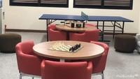 <p>Wah ada ruangan untuk main catur dan pingpong juga. Asyik banget ya! </p>