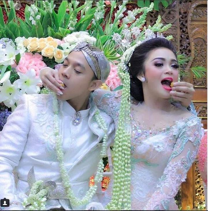 <p>Sheza dan suaminya menikah pada 12 Agustus 2017. Ini foto pernikahan mereka. So sweet ya, Bun! (Foto: Instagram @shezaidris)<br /><br /></p>