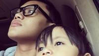 <p>Rizky atau biasa disapa Iki, dekat sama adik-adiknya. Iki berusaha menggantikan kehadiran sang ayah, yang sibuk bekerja untuk keluarga.(Foto: Instagram @rizkyfbian)</p>