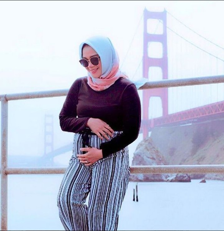 Sheza Idris sedang hamil 5 bulan. Dengan baby bump yang mulai kelihatan, Sheza makin cantik deh.