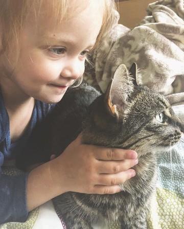 Lucu Deh Saat Anak Punya Chemistry Dengan Kucing Peliharaan Foto 1