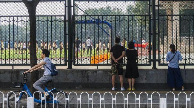 Aturan penerimaan murid baru yang ketat dan berubah-ubah membuat banyak warga Beijing pindah ke provinsi lain atau keluarkan uang sogok.