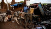 Ledakan populasi penduduk membuat Bamako, Mali, penuh dengan tumpukan sampah. Sejumlah warga mengangkut sampah dengan bantuan keledai.