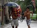 FOTO: Warga Filipina Angkut Barang Jelang Topan Mangkhut
