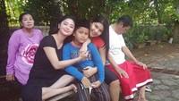 <p>Setelah salat Jumat, Gabriel disambut mama. Happy banget ya. (Foto: Instagram @dewiperssikreal)</p>