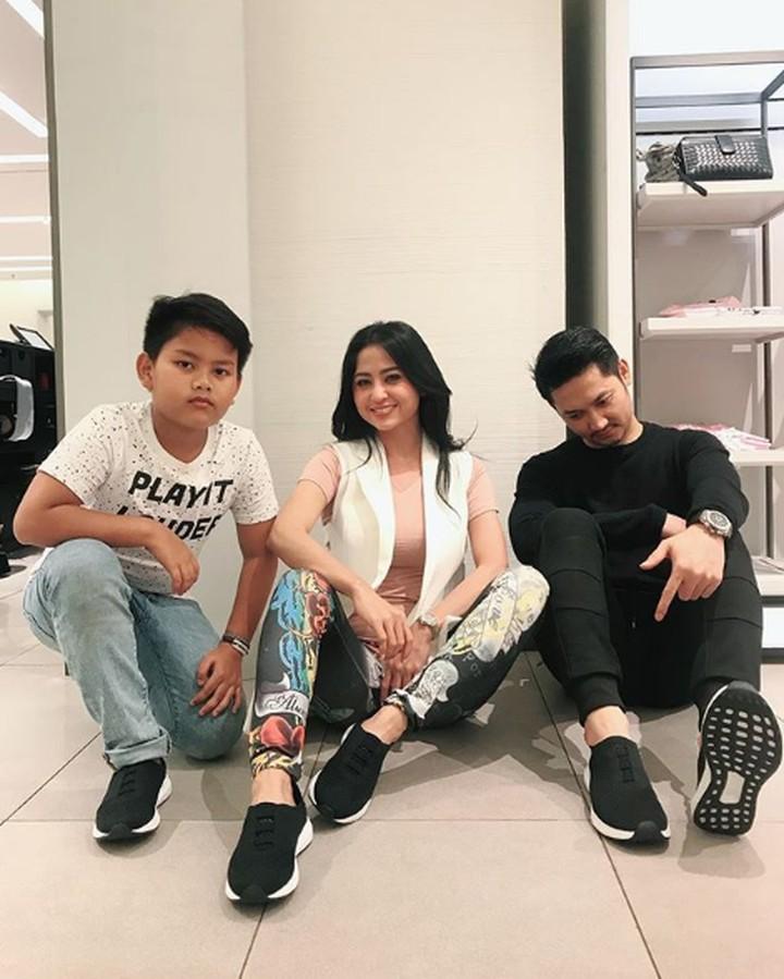 <p>Meski jarang terekspos di TV, Dewi Perssik sering membagikan momen bahagianya bersama si kecil, Felice Gabriel. (Foto: Instagram @dewiperssikreal)</p>