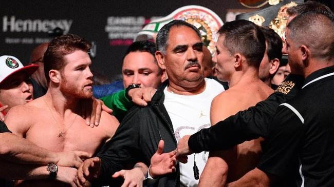 Kericuhan terjadi di sela timbang badan pertarungan tinju kelas menengah antara Saul Canelo Alvarez vs Gennady Golovkin di Nevada, Sabtu (15/9) dini hari WIB.