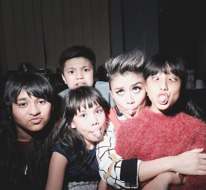 Siapa sangka ketika menghabiskan waktu bersama anak-anak, penyanyi bertalenta Agnez Mo keibuan banget lho, Bun. Ini buktinya.