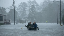 Trump Ingatkan Warga Bahaya Badai Florence Masih Mengintai