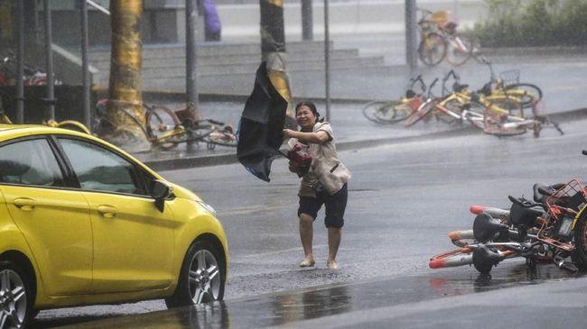 Pemerintah Filipina siaga menghadapi terjangan Badai Yutu. Mereka menaikkan tingkat waspada bencana dan mengevakuasi penduduk di pesisir.