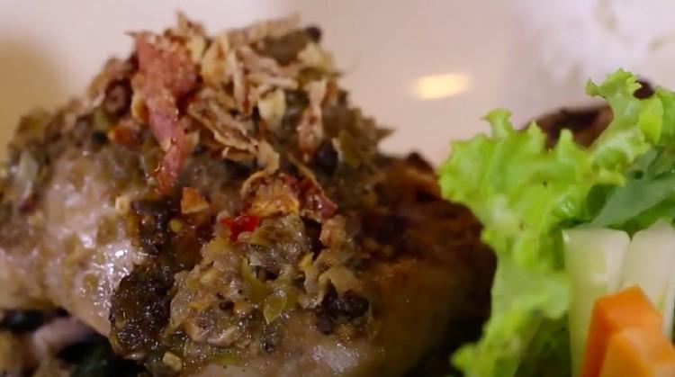Bunda dan keluarga suka ayam bakar? Mari mencoba memasak ayam bakar khas Sumut yakni Ayam Bakar Natinombur, Bun.