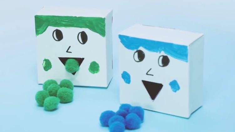 Untuk mengasah kemampuan anak mengenal warna, kita bisa bikin mainan DIY buat anak yakni boneka sortir warna.