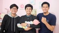 <p>Dito sedang menjenguk teman yang istrinya baru melahirkan, Bun. Semoga cepat ketularan ya Dito. (Foto: Instagram@ananditodwis)<br /><br /></p>