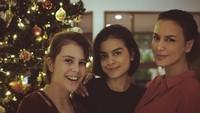 <p>Sophia Latjuba seorang diri membesarkan kedua putrinya, Eva Cellia dan Manuella Aziza. Eva adalah buah hati Sophia dan Indra Lesmana (menikah 1992 - 1993), sedangkan Manuella putri Sophia dari pernikahan dengan Michael A. Villarreal (2005 - 2014). (Foto: Instagram)</p>