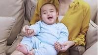 <p>Senyum manis Alfie sukses bikin meleleh! (Foto: Instagram @ririndwiariyanti)<br /><br /></p>