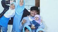 <p>Wah Dito dikelilingi anak-anak perempuan. Senangnya! (Foto: Instagram@ananditodwis)<br /><br /></p>