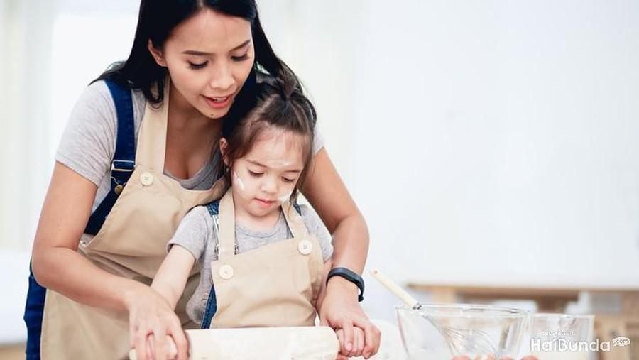 4 Alasan Sesekali Bunda Perlu Ajak Anak Memasak