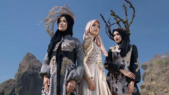 Desainer busana muslim asal Surabaya, Lia Afif bakal membawa batik Jember dalam ajang Paris Fashion Week.