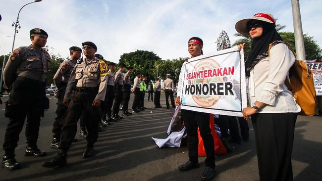 Anggota Ombudsman, Robert Endi Jaweng mendorong tenaga honorer yang mengalami penunggakan, pemotongan atau tidak dibayarkan gajinya untuk mengadu ke lembaganya.