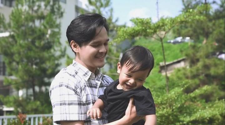 Sosok Anandito Dwi Sepdiawan (Dito), suami mantan anggota 'Cherrybelle' Anisa Rahma, kebapakan banget deh. Foto-foto ini buktinya, Bun.