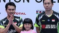 <p>Mohammad Ahsan, atlet pebulutangkis senior yang baru saja lolos 16 besar di China Open kategori ganda putra. Mohammad Ahsan adalah ayah yang penyayang banget sampai putri pertamanya, Chayra dibawa ke podium, lho. (Foto: Instagram @king.chayra)</p>