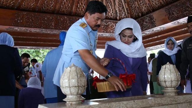 Panglima TNI Marsekal Hadi Tjahjanto menziarahi makam Bung Karno, Soeharto, dan Gus Dur sebagai rangkaian sebelum menyambut HUT ke-73 TNI.
