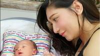 <p>Sidney lagi main sama Bunda Baby. Senyumnya Sidney manis banget deh. (Foto: Instagram @babymargaretha1)</p>
