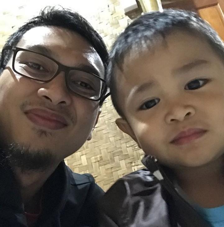 Pebulutangkis Mohammad Ahsan ini sosok ayah yang penyayang dan dekat dengan anak-anaknya, Chayra dan King. Yuk, lihat foto-fotonya.