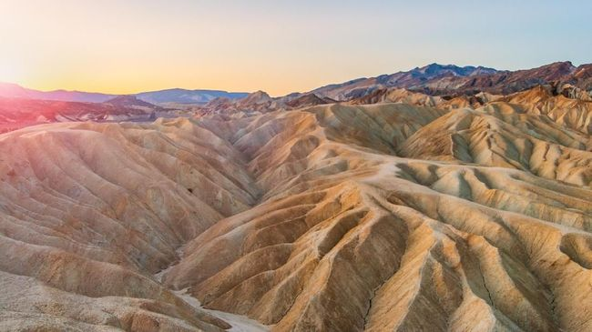Dari batu berjalan, nyanyian pasir, sampai ramalan gempa bumi dunia bisa disaksikan di Taman Nasional Death Valley.