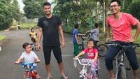 <p>Nggak cuma di lapangan bertemu, sesama pebulutangkis juga ada playdate dengan anak-anaknya, nih. Seperti Mohammad Ahsan dan Tontowi Ahmad ini. (Foto: Instagram @king.chayra)</p>
