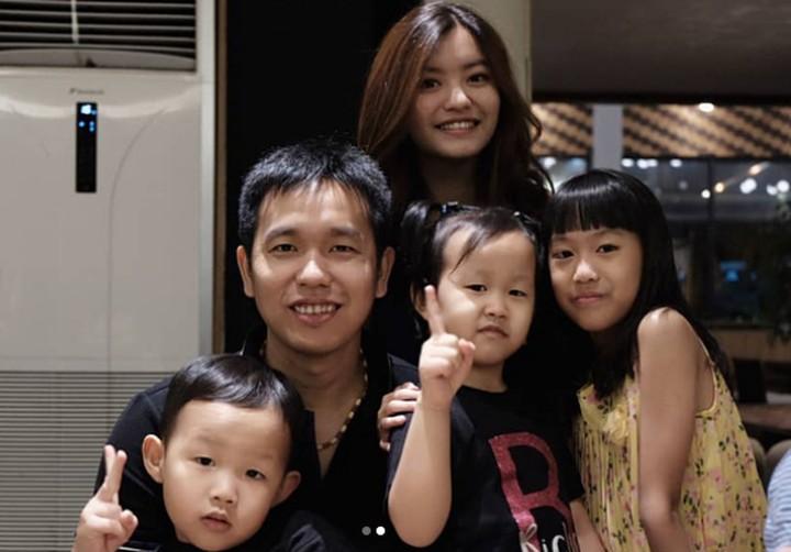 <p>Bersama anak-anak dan keponakannya, Hendra Setiawan selalu meluangkan waktu untuk kumpul dengan keluarga. [Foto: Instagram @hendrasansan]</p>