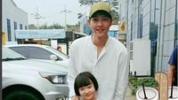 <p>Selalu aja Song Joong Ki tersenyum saat berfoto bersama anak-anak. (Foto: Instagram @songjoongkionly)</p>
