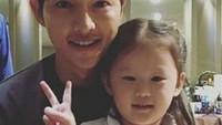 <p>Song Joong Kii dengan muka ramah selalu meladeni foto fans ciliknya. So sweet! (Foto: Instagram @songjoongkionly)</p>