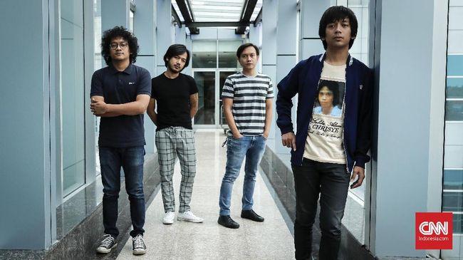 Band d'Masiv mengisahkan jatuh cinta yang mereka rasakan kala mengejar untuk bisa menyanyikan ulang lagu 'Selamat Jalan Kekasih'.