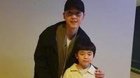 <p>Mana ekspresinya saat foto bareng Song Joong Ki, Nak? (Foto: Instagram @songjoongkionly)</p>