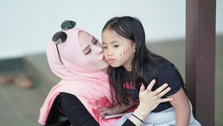 Sebagai seorang ibu, Angel Lelga pastinya selalu berharap yang terbaik untuk anaknya.