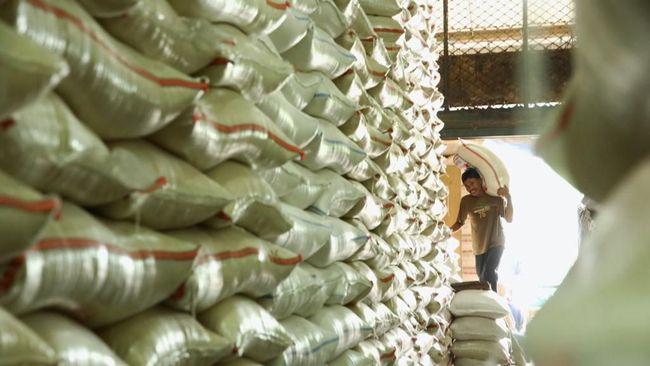 Pemprov Kalbar akan mengirimkan masing-masing 20 kilogram beras kepada warga miskin di tengah pembatasan sosial akibat corona.