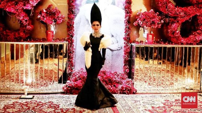 Spekulasi berdatangan tentang gaun pengantin Syahrini saat menikah dengan Reino Barack. Sembari menebak gaunnya, berikut tampilan cetar Syahrini sebelumnya.