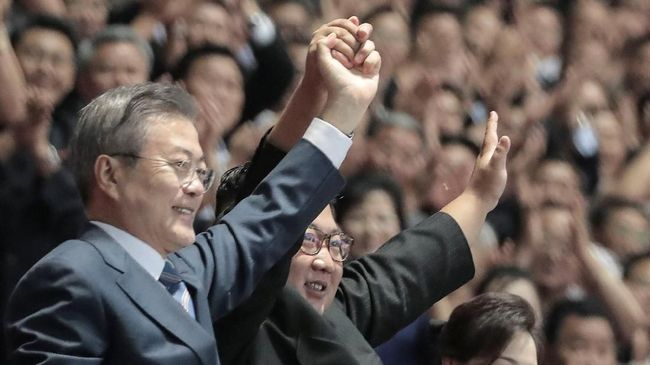 Popularitas Presiden Korea Selatan, Moon Jae-in, meroket setelah merampungkan lawatan ke Korea Utara dan bertemu dengan Kim Jong-un.