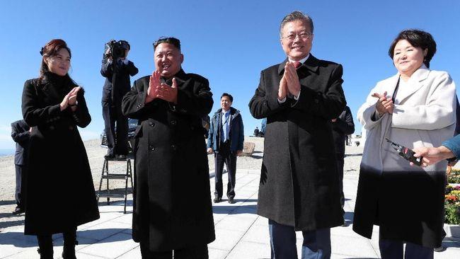 Mimpi nomor satu presiden Korea Selatan, Moon Jae-in, akhirnya terwujud setelah ia berhasil mendaki gunung Paektu di Korea Utara bersama Kim Jong-un.