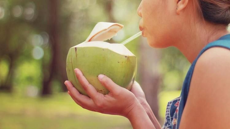 Minum Air Kelapa Bisa Bikin Air Ketuban Bersih?