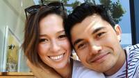 <p>Romantis tetap perlu meski sudah jadi pasangan suami istri. Ya kan, Bun? (Foto: Instagram/livvlo) </p>