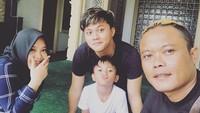 <p>Kompak foto bareng ayah dan adik-adiknya. Namun sayang, kurang lengkap tanpa kehadiran Ridwan dan Mama Lina. (Foto: Instagram @rizkyfbian)</p>