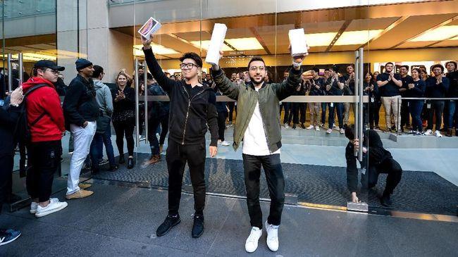 Setelah antri selama 11 hari, pria asal Inggris, Mazen Kourouche (21) menjadi orang pertama untuk tahun tahun berturut-turut sebagai pemilik iPhone terbaru.