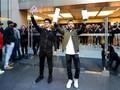 Ekspresi Bahagia Pemilik iPhone XS Max Pertama di Dunia