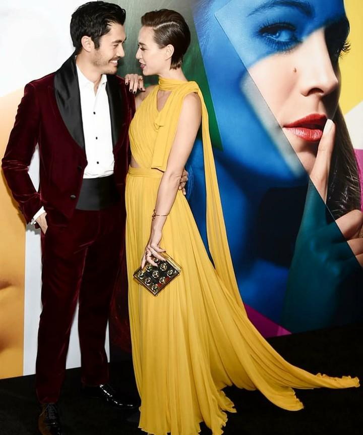 Tokoh utama film hits 'Crazy Rich Asians', Henry Golding sosok yang sangat romantis saat bareng sang istri, Bun.