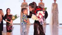 <p>Hadiah terindah untuk Bellas Shofie saat meluncurkan brand fashion-nya adalah bunga dari keponakan tercinta, Fatiih yang memanggilnya Mama Bella. (Foto: Instagram/ @bellashofie5292) </p>