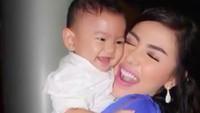 <p>Bella Shofie happy banget saat menghabiskan waktu bareng Fatiih yang masih bayi. (Foto: Instagram/ @bellashofie5292)</p>